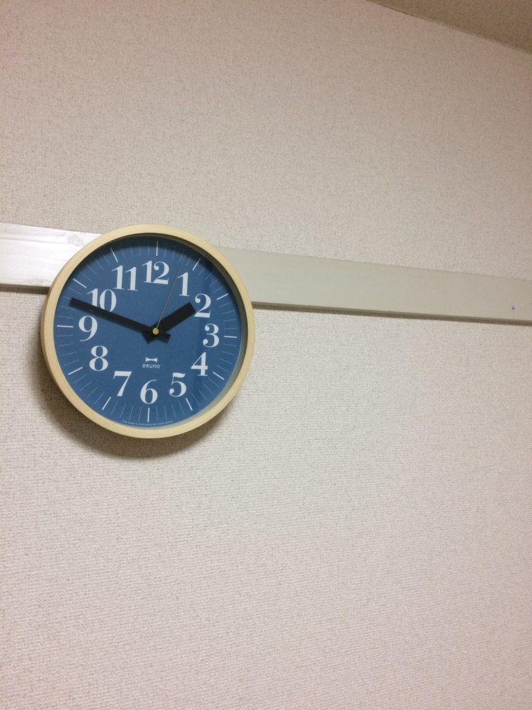鴨居フックに時計を掛けてみる