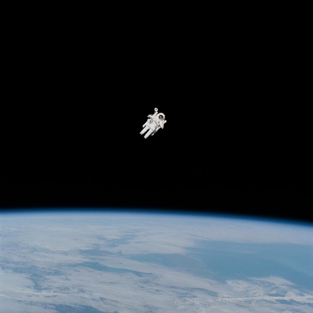 宇宙空間の宇宙飛行士