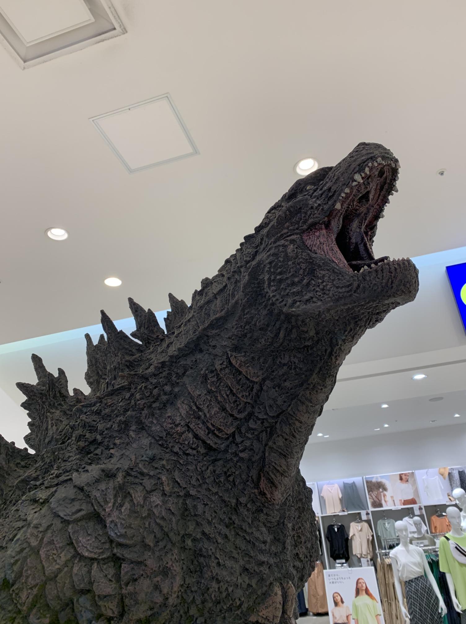 ららぽーと横浜のゴジラバストショット