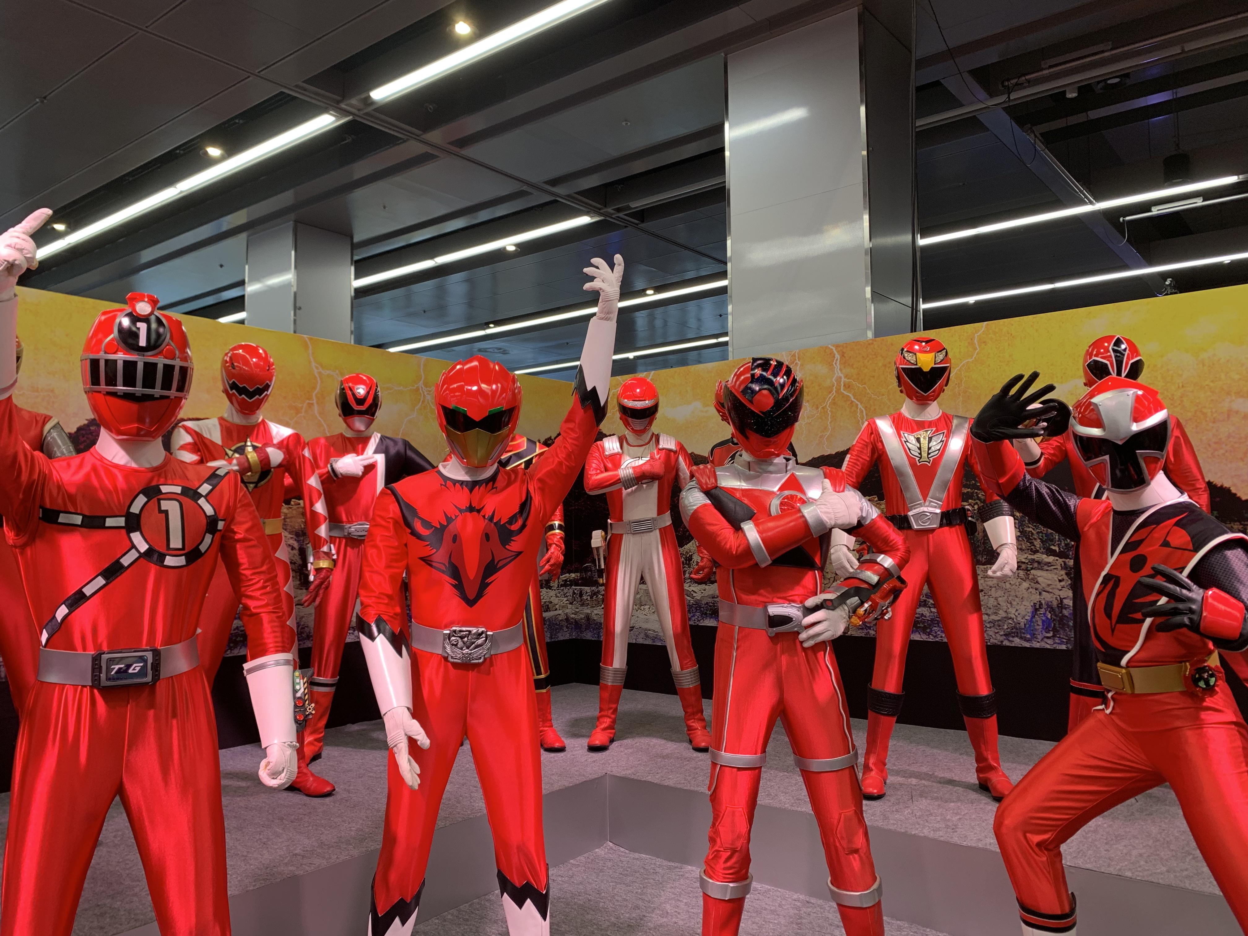 歴代のスーパーヒーロー戦隊の立像