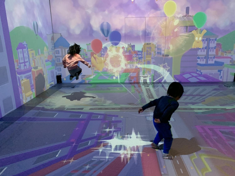 【ららぽーと横浜】リトルプラネットのデジタルトランポリン【FLAPPY】で飛び跳ねる子供