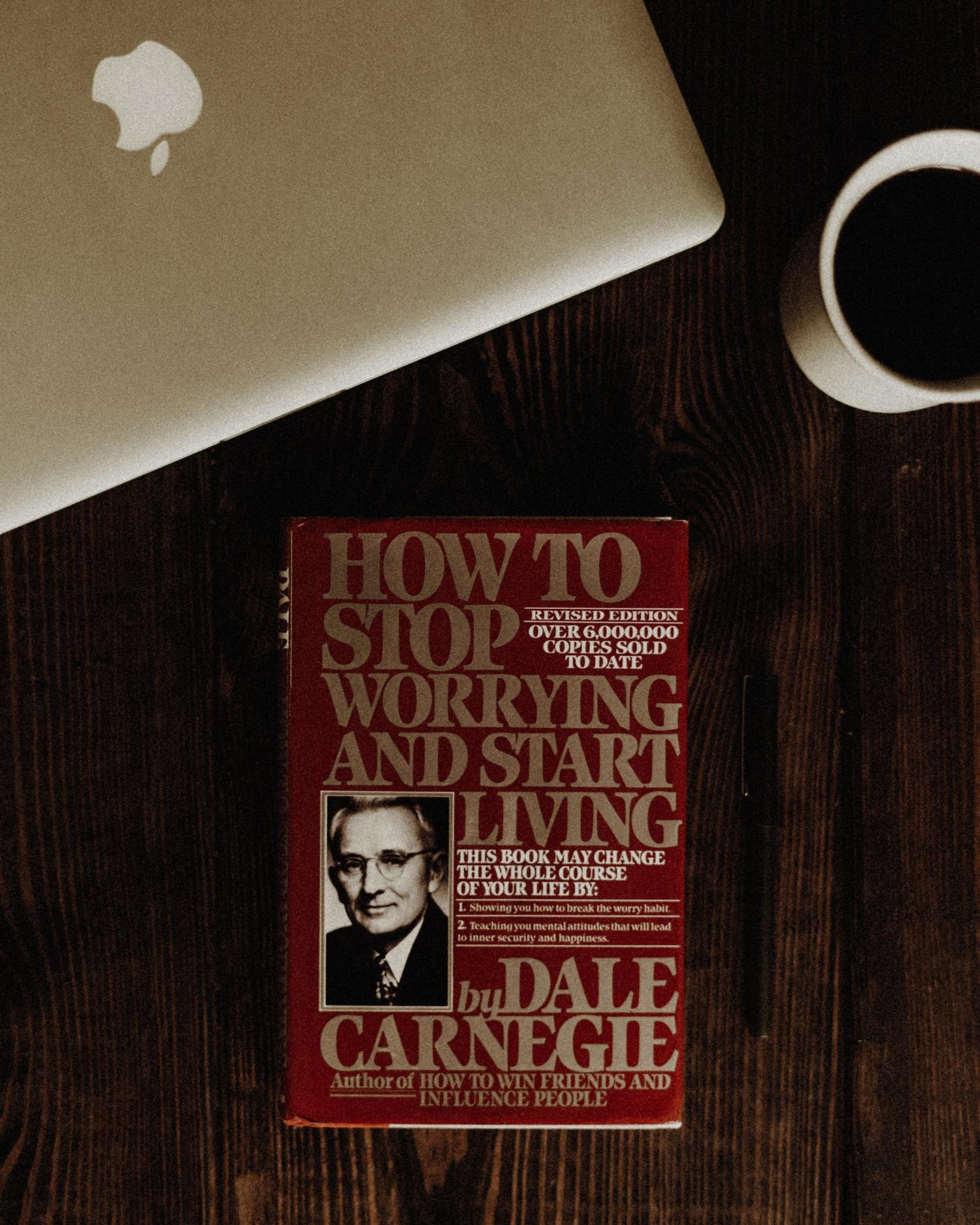 テーブルにデール・カーネギーの本